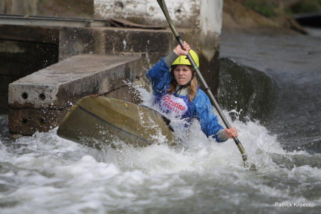 Lena Eickenberg im Wildwasser auf der Erft
